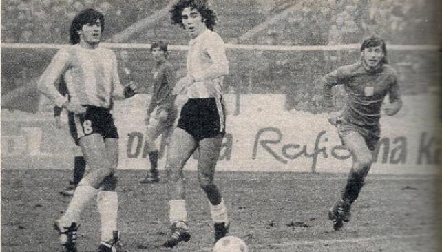 LOS TRES. Trobbiani (8), Tarantini y Reyna ven como se aleja la pelota. Lo único que interrumpió la imagen del Escudo Argentino y el enunciado de los comunicados de la Junta Militar en la emisión de televisión fue la transmisión de la victoria argentina sobre pollina en Chorzow.