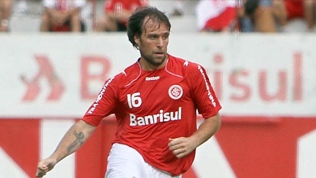 INTER. En Porto Alegre no se destacó. En cuanto su representante y Passarella allanaron el camino de regreso, Cavenaghi se vino para ayudar a devolver a River a Primera. Sin hacer un gran torneo y generando problemas de convivencia con Almeida y Trezeguet, hizo 19 goles y actuó en 37 partidos.