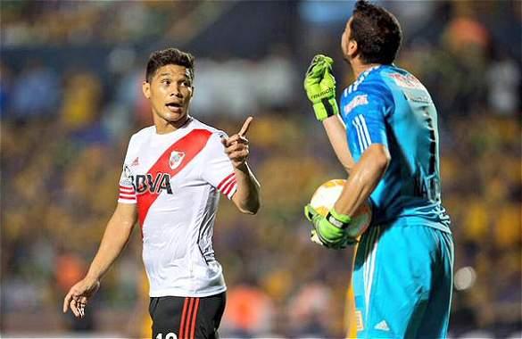 PENDENCIERO. Teo Gutiérrez le sacó la pelota de las manos a Nahuel Guzmán y el arquero se enojó. El nivel de Teo bajó mucho y Cavenaghi no está bien. De todos modos, el colombiano fue decisivo en el empate milagroso en Monterrey.