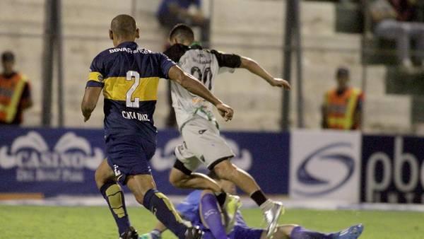 ¡CRAC! Tremendo choque entre Orión y Bueno. La pierna del delantero uruguayo empieza a deformarse. Orión fue expulsado. El árbitro le dijo una cosa y después hizo otra. Pero, en términos del juego, fue suspendido por una acción en la que evitó un gol contra Boca y no por malas performances. Debe regresar a su puesto en cuanto se cumpla la sanción.