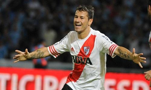 MILAGRO. Mora, el mejor delantero que River ha tenido en el 2015, festeja el gol del empate en Monterrey. River se repuso provisoriamente de un golpe futbolero durísimo, pero su continuidad en la Copa Libertadores no depende totalmente de sí mismo.
