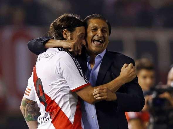 RAMÓN Y YO. El Pelado Díaz abraza a Cavenaghi durante el Torneo Final 2014. De entrada, el riojano se mostró abierto a la llegada de Fernando y, como contrapartida, cerrado a la chance de que Trezeguet siguiera en el club. Fernando le respondió jugando al límite físico de sus posibilidades.