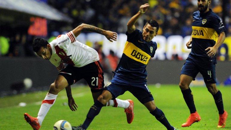 DUELO. La disputa mano a mano de Pachi Carrizo y Leonel Vangioni fue claramente ganada por el delantero de Boca. Por su sector, llegaron las situaciones más peligrosas a favor de los xeneizes, sobre todo en el primer tiempo.
