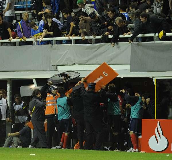 """""""LO VAMOS A EXPULSAR DEL CLUB"""". Adrián Napolitano estuvo involucrado en este incidente, en el que palquistas le arrojaron un cartel al entonces DT de Independiente, Cristian Díaz, el 22 de agosto de 2012, en un partido por la Copa Sudamericana."""