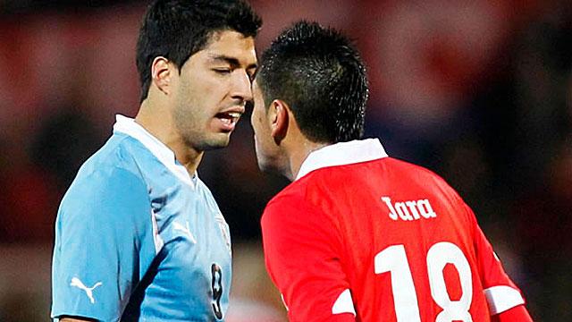 CON SUÁREZ. Las costumbres de Jara de atacar las zonas bajas no son de ahora. En el último cruce de chilenos y uruguayos tomó de los testiculos al delantero del Barcelona y se produjo esta discusión.