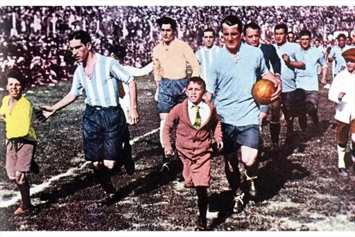 MUNDIAL. El 30 de julio de 1930 se disputó la primera final de una Copa del Mundo. Uruguay le ganó 4-2 a Argentina, en un partido en el que Monti y su familia fueron amenazados de muerte, por si ganaba el cuadro albiceleste. Aquí encabezan las filas Nolo Ferreira (Argentina) y Pepe Nasazzi (Uruguay).
