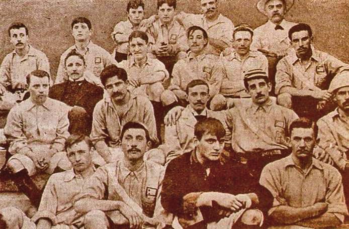 TODOS JUNTOS. En esta fotografia, que es de 1903, están uruguayos y argentinos unidos. Pero la rivalidad crecería con el tiempo. Curiosamente, la camiseta argentina en esta ocasión fue de color celeste. Los uruguayos, en cambio, usaron una azul con una banda diagonal blanca.