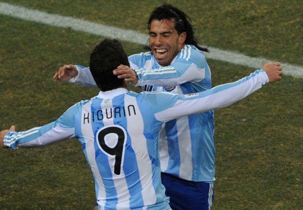 """2010. Maradona juntó a los dos en la misma formación, algo que, en apariencia y en condiciones normales, Martino no está dispuesto a hacer. """"Tengo 3 nueves y son todos diferentes"""", dijo el Tata a su llegada a Viña del Mar."""