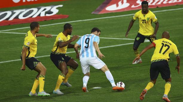 PREVIA. Higuaín recibió un pase de Di Maria que, en realidad, era para Messi. Aguantó a su marcador, giró y definió con jerarquía. En la imagen, tiene a prudencial distancia al zaguero Wes Morgan.
