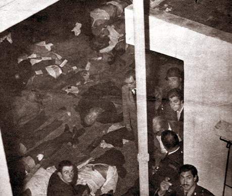 HORROR. La policia custodia un sector del Estadio Monumental convertido en depósito de cadáveres. El 23 de junio de 1968, se produjo la mayor tragedia de la historia del fútbol argentino. Nunca se encontraron culpables ni fue sancionado nadie.