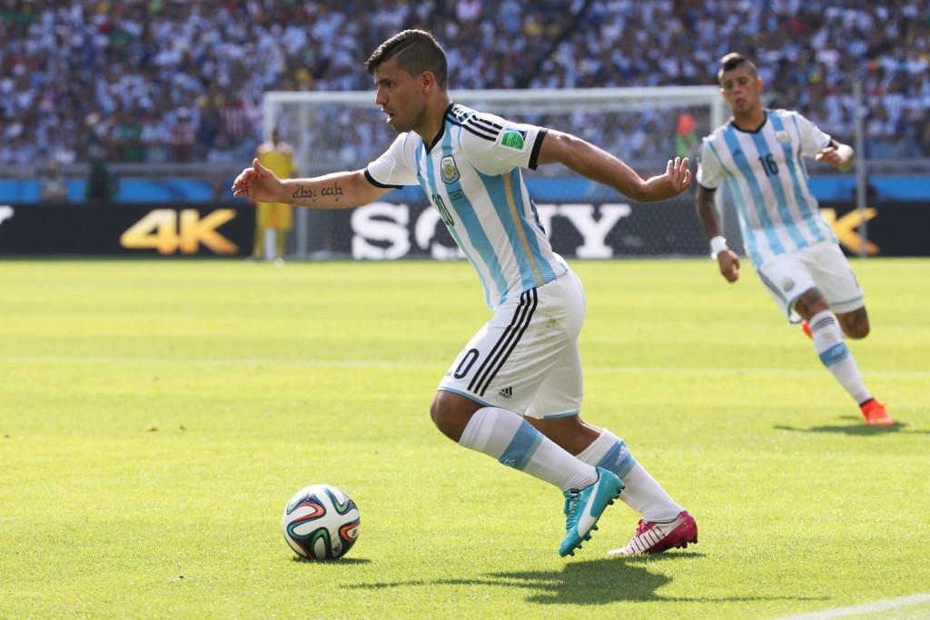 KUN AGÜERO. Esta es una estupenda imagen de su paso por el Mundial de Brasil, pero en la película real no entregó su mejor versión. Ahora, viene de ser el goleador de la Premier League (26 goles en 33 partidos) y, pese a los pedidos por Tévez, el Kun es el gran delantero argentino.