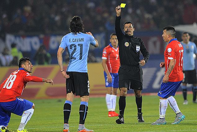 LOCALISTA. Sandro Ricci, árbitro brasileño, remata la faena. Cavani se arregla el pantaloncito después de la cobarde vejación de Jara. El jugador chileno atacó a un rival por detrás y lo trabajó hablándole del padre. Fue un bochorno.