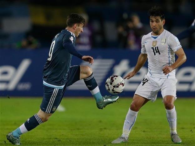 ÚNICO Y GENIAL. Uruguay disminuyó un poco su influencia, pero tuvo apariciones maravillosas. En la escena, se lleva la pelota con una caricia. Lodeiro parece admirarlo.