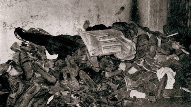 """HUELLAS. Esta montaña de zapatos quedó como mudo testigo de la tarde más sangrienta del futbol nacional. Se cumplen 47 años de """"La Tragedia de la Puerta 12"""". Jamás se halló un culpable. Nadie fue sancionado."""