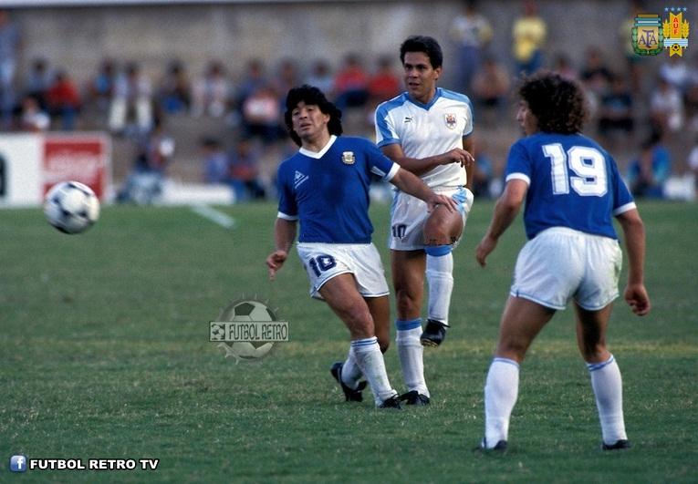 DIEGO Y RÚBEN. Pedro Troglio (19) asiste a una disputa de Maradona y Rúben Paz en el Mundial 86. Esa tarde, en Puebla, ganó Argentina 1-0 en Octavos de Final y seguiría a paso de gloria hasta consagrarse Campeón del Mundo.