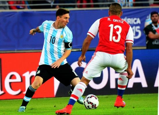 YO, EL SUPREMO. Messi hizo un gran partido. Pero no puede hacer todo solo. Lo acompañaron bien en la primera mitad, lo dejaron solo en el complemento.