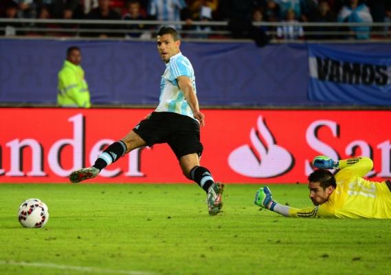 GOLEADOR. El Kun Agüero elude a Silva y define. Aprovechó un pase atrás de Samudio que quedó corto. Fue el gol que rompió el cerrojo paraguayo. En esa primera mitad, Argentina tuvo paciencia y espero que el rival se distrajera o equivocara.