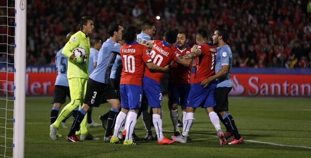 REVOLTIJO. En el primer tiempo, Vargas llegó tarde a una pelota en profundidad y golpeó a Muslera. Los uruguayos reaccionaron, los chilenos guapearon, pero todo quedó en nada. Chile atacó mucho, llegó poco y la expulsión de Cavani fue decisiva.