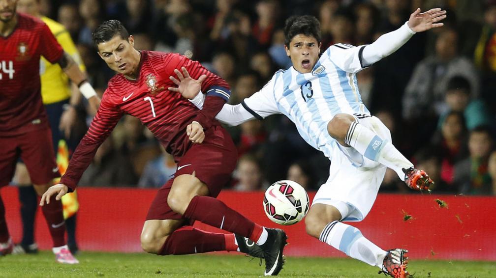 RONCAGLIA. El jugador del Genoa en plena disputa con Cristiano Ronaldo, en el amistoso con Portugal en Old Trafford en noviembre de 2014. Martino lo considera como alternativa de Zabaleta, aun siendo de característica diferente al futbolista del Manchester City. Tendrá una enorme oportunidad.
