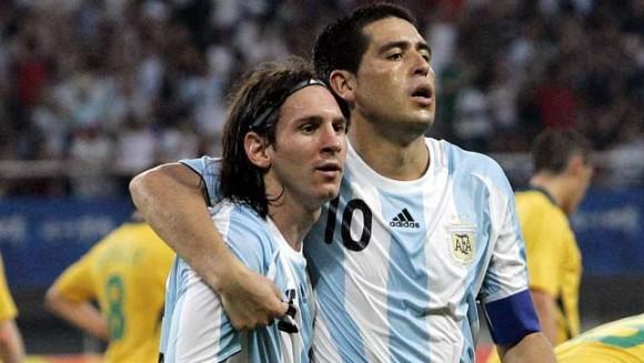 CON RIQUELME. El abrazo contenedor del capitán argentino a Messi, tras la contundente derrota argentina en la final de la Copa América 2007. Eran tiempos de Basile, en los que el líder era Román y Messi, su mejor ladero.