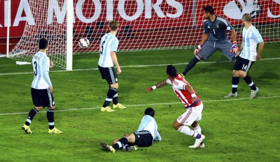 EMPATE DOLOROSO. La historia dirá que Paraguay empató sobre la hora, pero la verdad es que era previsible. Después de un muy buen primer tiempo y ganando 2-0, Martino no supo leer el juego y terminó aferrado a recetas muy conservadoras.