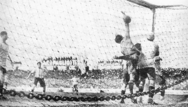 ONZARI. Uruguay llegó a la cancha de Sportivo Barracas como flamante campeón olímpico. El partido tuvo tribunas abarrotadas de gente, a Celli fracturado por Cea, pedradas a los jugadores uruguayos en el estadio y fuera de él y un hecho histórico: el primer gol directo desde un tiro de esquina que registre la historia del futbol. Lo hizo Cesáreo Onzari, wing izquierdo de Huracán, el 2 de octubre de 1924. Esa tarde, además, por primera vez hubo un alambrado perimetral.