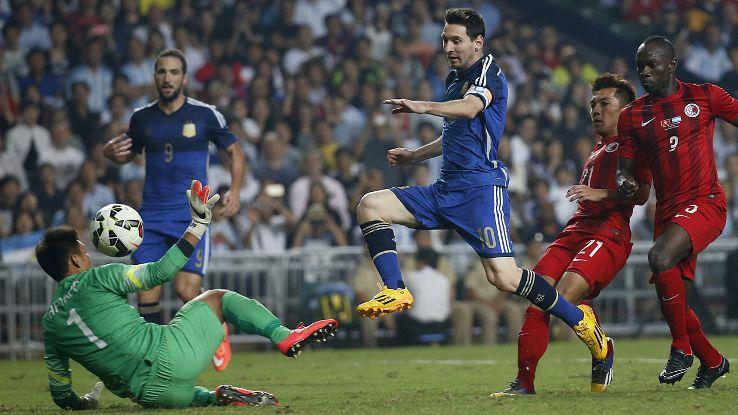 EN EL AIRE. Excelente toma de un gol en Hong Kong. El brazalete de capitán luce mejor en su brazo izquierdo. Sabella le dio un protagonismo en la Selección que le hizo muy bien.