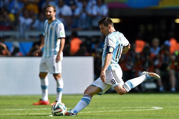 LA PERFECCIÓN. El pie de apoyo jiunto a la pelota, la zurda que se prepara como un látigo para azotar a su víctima. Leo Messi usara la camiseta de la Selección Mayor por centésima vez. Debutó el 17 de agosto de 2005, contra Hungría, el mismo rival que tuvo Diego Maradona en su estreno con la Selección.