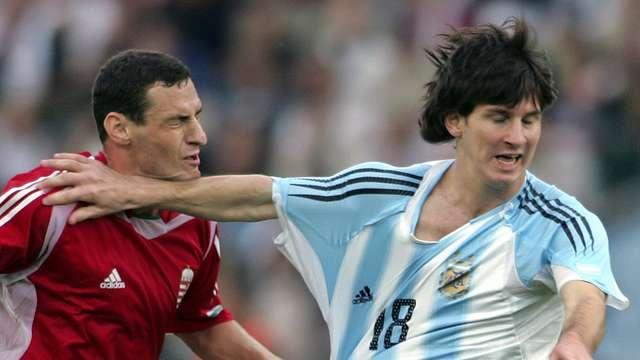 DEBUT Y ROJA. El volante húngaro lo toma de la camiseta y Messi no tiene mejor idea que tirarle este manotazo. El árbitro lo interpretó como una agresión y lo expulsó. Su estreno duró 40 segundos.