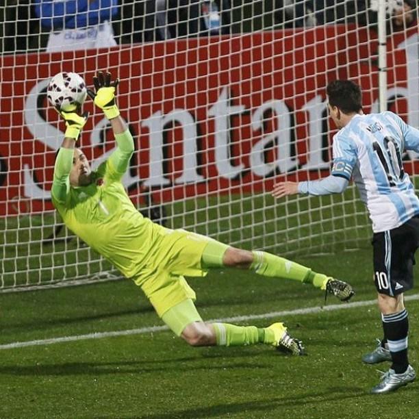 MILAGRO. Ospina se recupera tras tapar con el pie un tiro de Agüero y le saca este cabezazo tremendo a Messi. Ospina y Leo fueron las figuras excluyentes del partido.