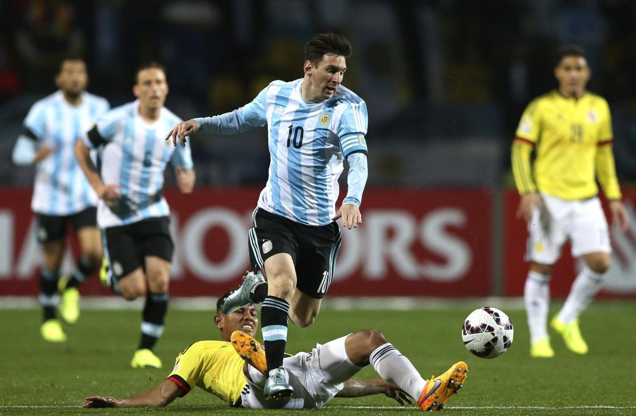 LÍDER. Messi deja desparramado a Mejía y se va en busca de mejores horizontes. Leo hizo un partido inolvidable. La definición de Tévez en el ultimo penal lo corrió de las tapas, pero no del análisis principal.