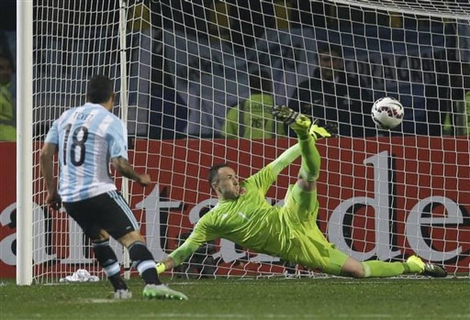 GLORIA. Carlitos Tévez borra el yerro del 2011 convirtiendo el penal decisivo. Argentina hizo un muy buen partido, pero volvió a carecer de eficacia. Por suerte, no lo pagó todo lo caro que pudo haberlo pagado.