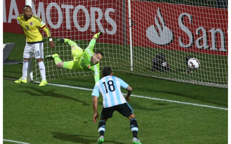 PALO. Esta fue de las mas claras. Otamendi anticipó a los distraídos defensores de Colombia y le metió la cara externa del pie derecho. El manotazo de Ospina y el palo evitaron otro posible gol argentino.