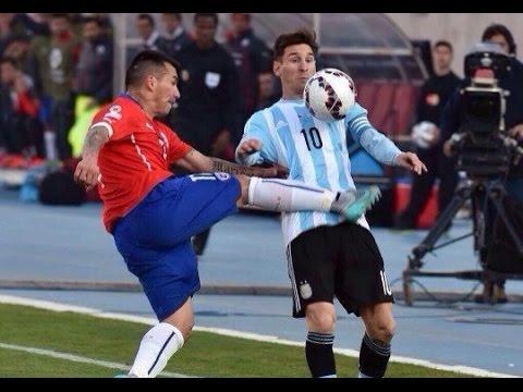DESCALIFICADOR. Así fue este puntapié de Medel en el estomago de Messi. Era para tarjeta roja, claramente. El flojísimo árbitro Wilmar Roldán apenas lo penó con amarilla.