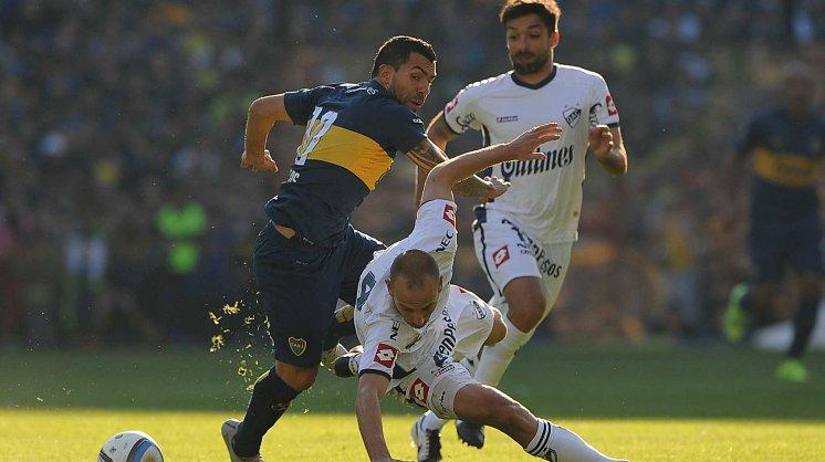 IMPARABLE. Scifo le cruza el cuerpo y cae, Nico Cabrera llega tarde, Tevez es dueño de la situación. Su llegada impone armar un equipo nuevo a su alrededor.