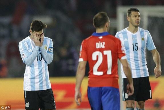FASTIDIO. Cuando a su alrededor las cosas no son como él quiere o está incómodo, Leo Messi se para, se fastidia y se estanca. Esta escena ()que completan Marcelo Díaz y Martin Demichelis) es elocuente. Fue en pleno segundo tiempo regular.