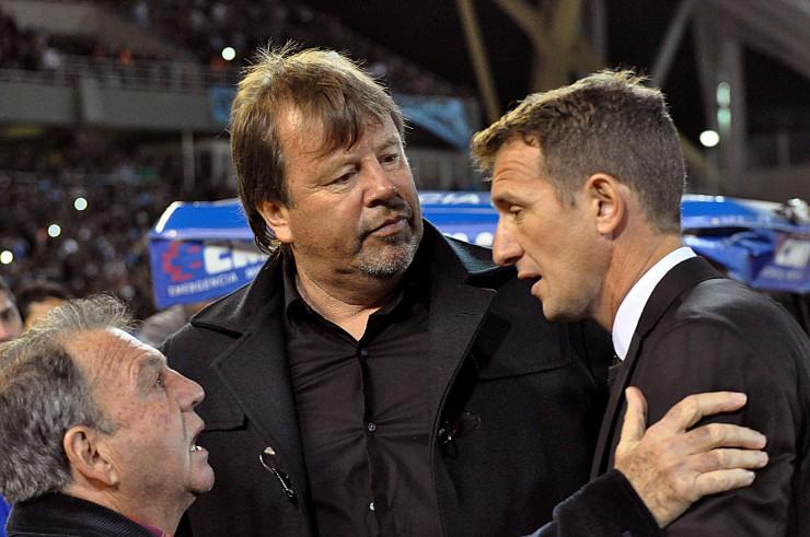 """RUSO, BICHO Y VASCO. Entrenador y ayudante de Belgrano y entrenador de Boca se saludan antes del partido. """"Su"""" partido terminó cuando Boca quedó con 9. El resto, está enmarcado en el contexto del esfuerzo y el ataque ciego."""