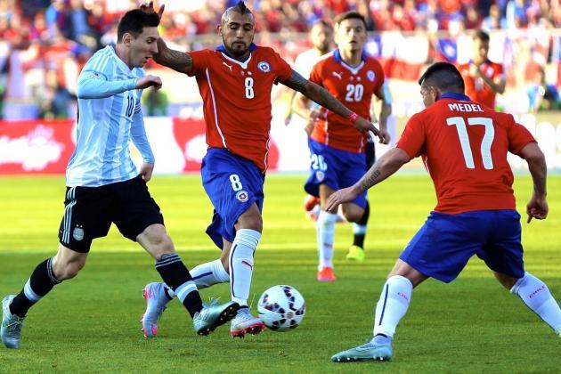 OBSESIÓN. La marca de Messi fue tema nacional en Chile y Sampaoli decidió no darle ni medio metro. Acá tiene dos cancerberos: desde atrás llega Vidal, mientras lo espera Medel. Todo el cuadro rojo estuvo al servicio de la neutralización de las potencias argentinas.