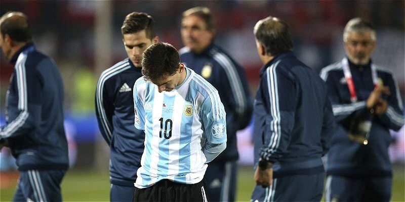 DOLOR. Ya todo terminó. Leo Messi hunde su mirada en el piso. Era la final de sus sueños y terminó en pesadilla. Ni él ni el equipo supieron contrarrestar la estricta y a veces violenta marca chilena.