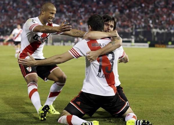 FELICIDAD. Cavenaghi abraza a Alario, su heredero. Carlitos Sanchez --incansable laburante del equipo-- llega para el abrazo del alma. River tiene un sentido colectivo que lo está llevando a la gloria sin escalas.