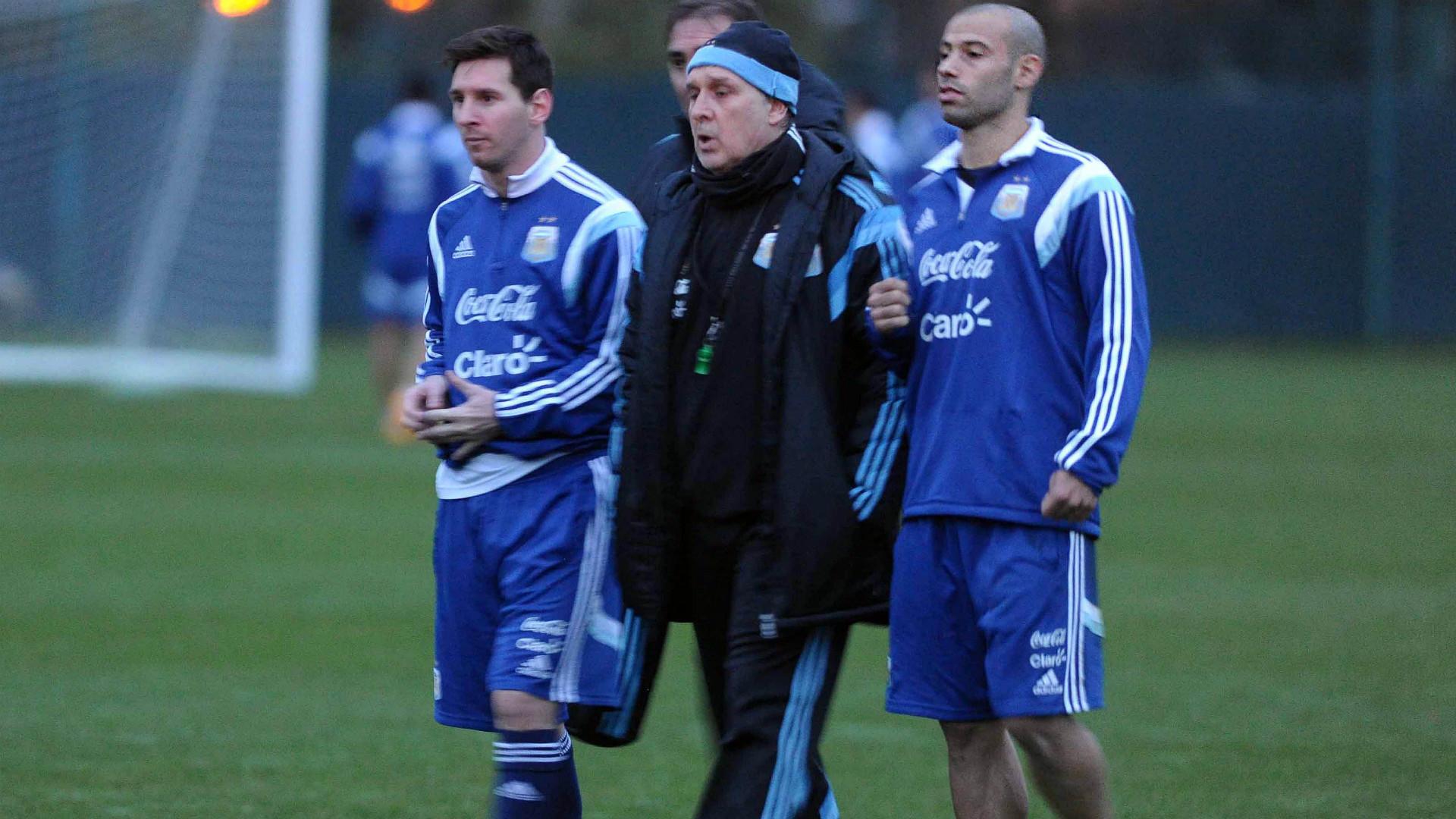 CAPOS. Martino con Messi y Mascherano, en una de las primeras giras con la Selección Argentina. Esta imagen es de un entrenamiento en el campo del Manchester City, en noviembre de 2014. El Tata sabe que ellos dos son las columnas principales de todo este proyecto, mas allá de estilos, triunfos o derrotas.