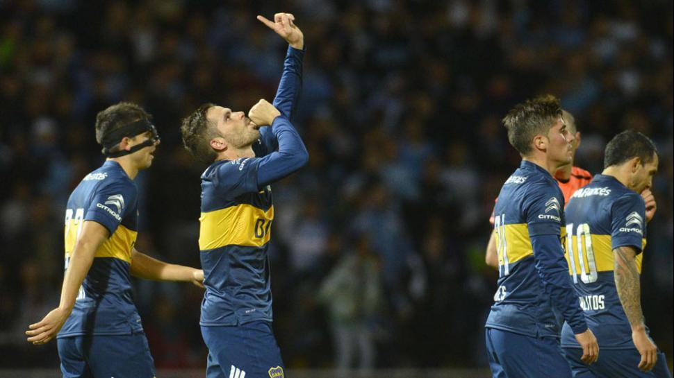 """""""GAGOL"""". Fernando festeja el gol de Boca, a la postre el de la victoria. Empezó la jugada con el primer pase y llegó al área para participar de la definición. Las expulsiones desnaturalizaron el juego, pero tango Gago como Tevez hicieron un muy buen partido."""