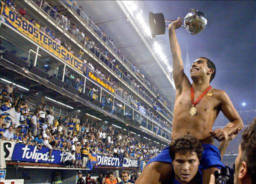 CAMPEÓN. Esta imagen fue la que dejó Carlitos, llevado en andas con la Copa Sudamericana de 2004. A partir de ahí, construyó una carrera impresionante, con puntos elevadísimos en West Ham, los dos Manchester y Juventus. Regresa en plenitud. Boca recupera a un futbolista de excepción.