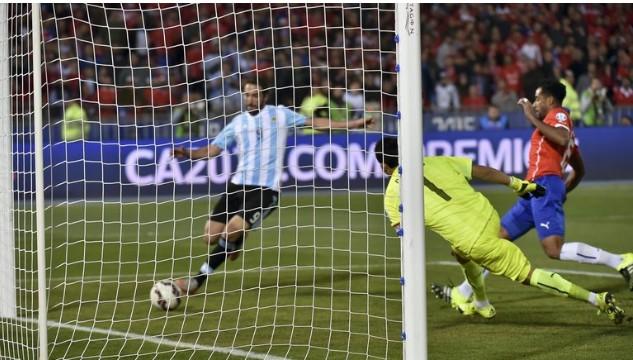 IMPOSIBLE. En la foto es gol, pero, en la realidad, el pase de Lavezzi fue largo e Higuaín llegó muy exigido. Era el minuto 90 y todo pudo haber sido diferente.