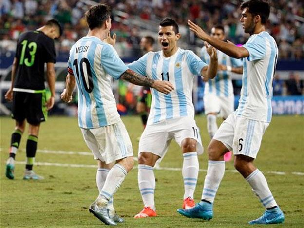 FESTEJO. Agüero y Mas van a abrazar a Messi, después de que Leo convirtiera en gol del empate. El Kun fue decisivo en la corrección del rumbo del partido. El lateral de San Lorenzo demostró que está a la altura de la camiseta celeste y blanca.