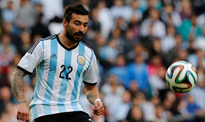 POCHO. El jugador del PSG aparece como una muy buena alternativa ante la ausencia de Messi. No tiene problemas de perfil, es rápido y potente y puede actuar sobre ambos extremos. Su largo tiempo de jugador de Selección le da un conocimiento con sus compañeros que pocos tienen.