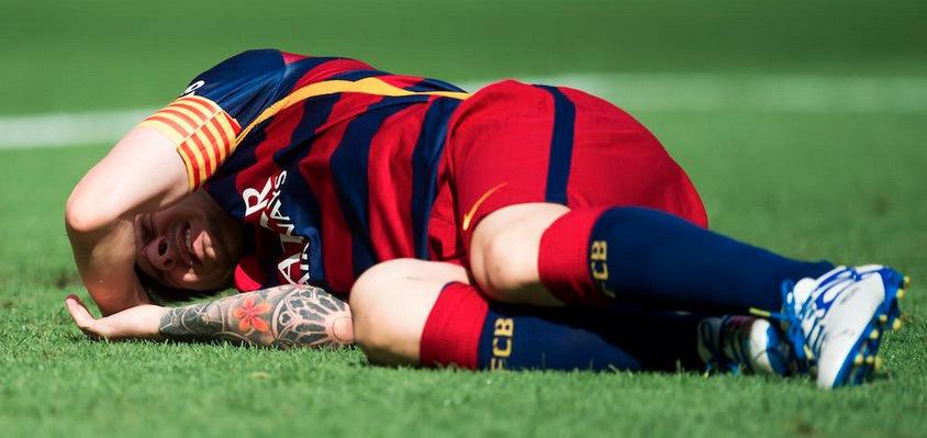 DOLOR. Leo Messi yace en el césped del Camp Nou. Fue una jugada absolutamente fortuita, en la que intentó el remate de zurda, fue trabado y su ligamento interno se cortó. Su recuperación demandará cerca de tres meses. En Barcelona, quieren apurarlo para juegue contra el Real Madrid en noviembre, pero la Selección Argentina no lo tendrá hasta la quinta fecha de Eliminatorias.