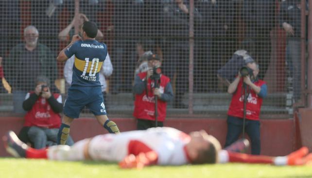 GOLAZO. Antes de lo sucedido con Ham, Carlitos Tevez fue la única razón que podría explicar la victoria de Boca. Este es el festejo del primer gol, un remate al ángulo desde fuera del área. La posición en cruz de Adrián Gabbarini es toda una definición de su impotencia.