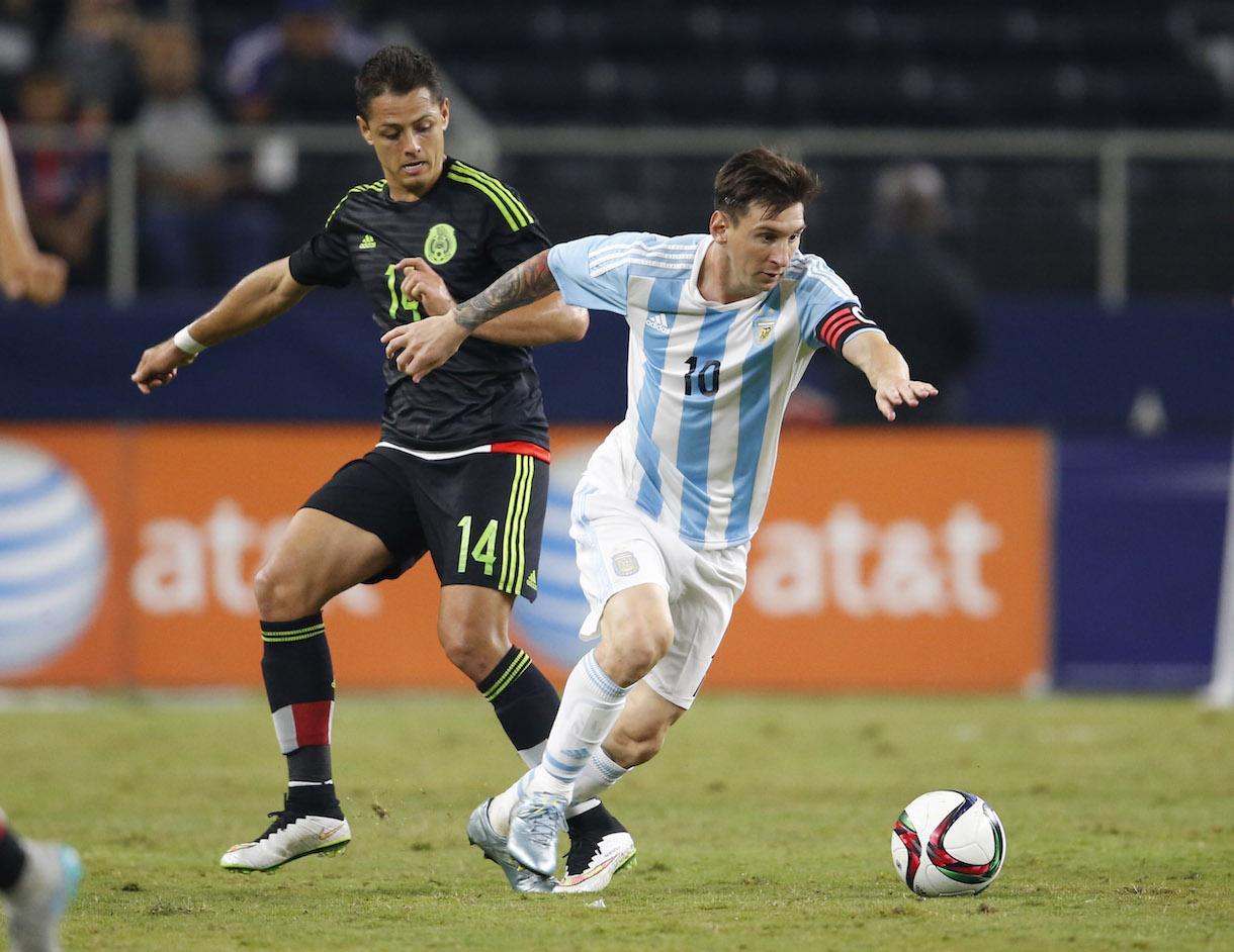 MESSI. El arranque de Leo provoca decepción y admiración a la vez en Chicharito Hernández. No fue uno de sus mejores partidos, pero los ingresos de Kranevitter, Lavezzi y, sobre todo, de Agüero parecieron revitalizarlo. Su aporte final evitó la derrota de Argentina.