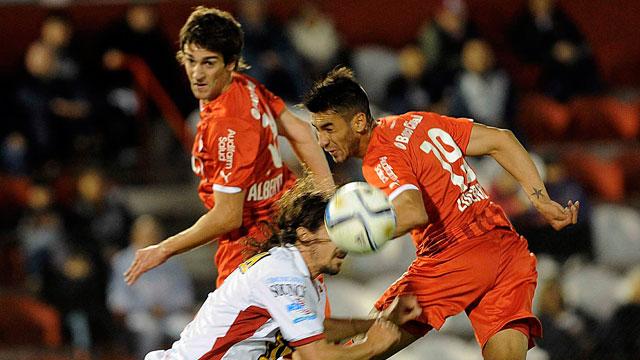 POR POCO. Una de las varias chances que tuvo Independiente en el segundo tiempo. Ni Albertengo ni Lucero pueden conectar el centro de Toledo. Vismara tampoco logró sacarla.